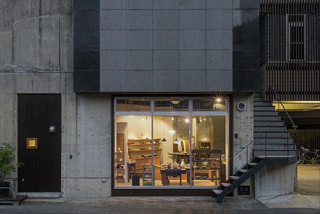画像: 改装の際に、倉庫のシャッター部分をウインドウに変更。店内に陽の光がたっぷりと入る