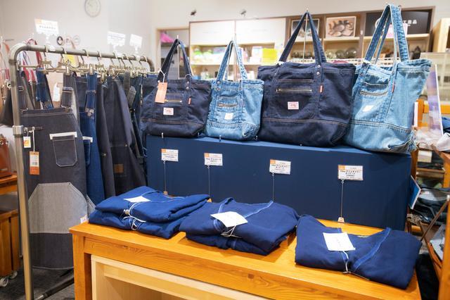 画像: 1階のショップには、ジーンズをはじめ、ジャケットやワンピース、バッグ、小物などのデニム製品が並びます。デニムマスクも豊富な品揃え