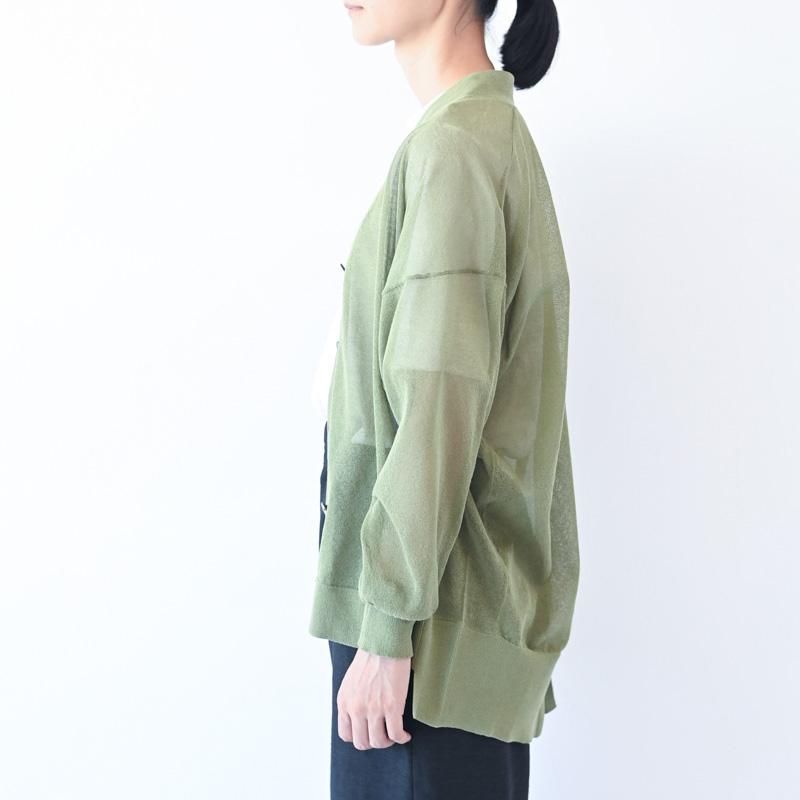 画像: 半袖のトップスに透け感のあるカーディガンを羽織るときは