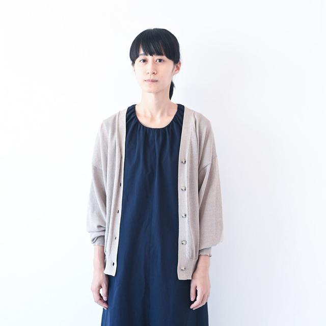 画像: ネイビーのジャンプスーツ ¥29,000/プレインピープル(プレインピープル青山) カーディガン、スタイリスト私物