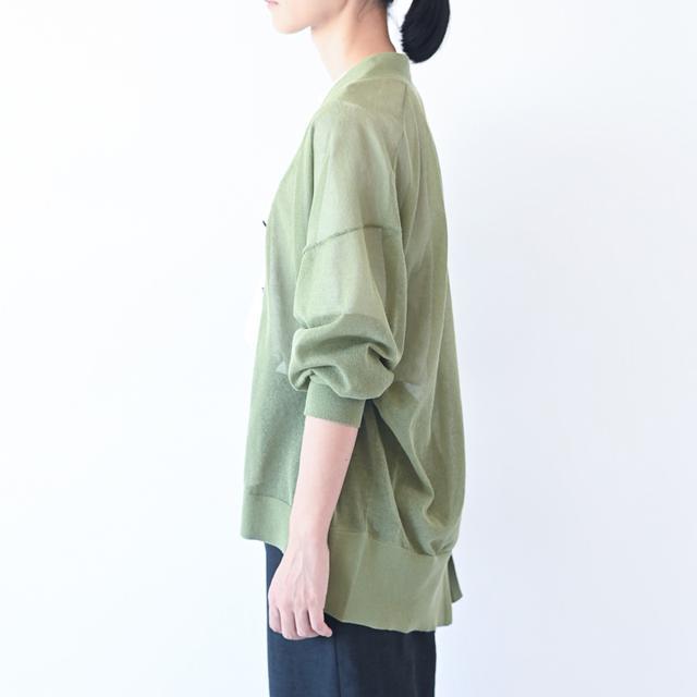 画像: グリーンのカーディガン ¥16,000/ロワズィール その他、スタイリスト私物