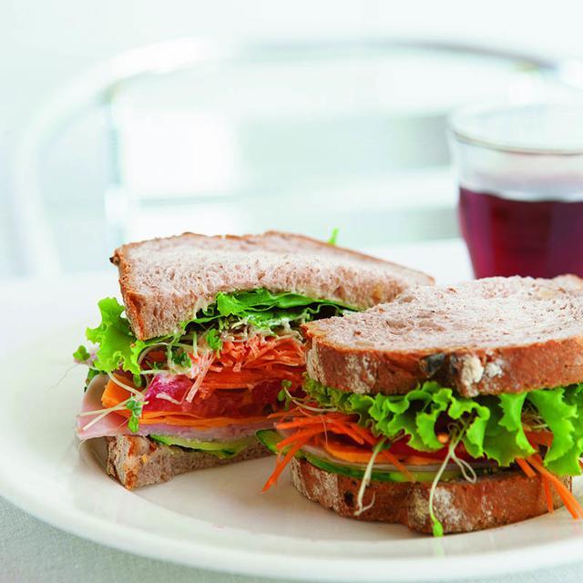 画像: ライ麦、キャラウェイ、くるみのパン ド カンパーニュを使った、「ハム、チーズ、トマトのサンドイッチ」