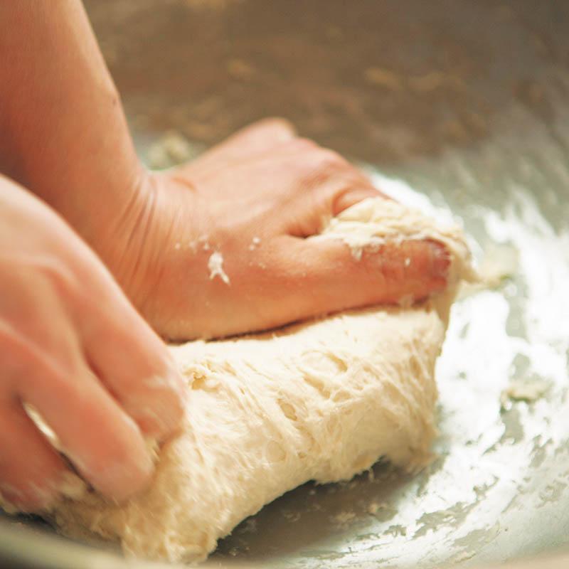 画像: シンプルなパンは、温度や湿度、そのときのこね方によって焼き上がりの表情が変わります