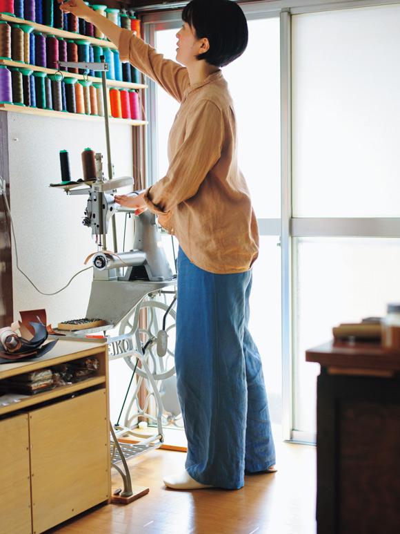 画像: 前が短め、後ろが長めのシルエット。後ろ身頃には左右2カ所にタックがあり、後ろ姿がふんわりやさしく見える工夫が。裾を出してもインしても、美しいラインに