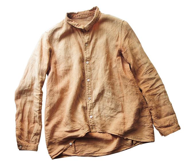 画像: しなやかなリネンシャツを「カテキュー」という天然染料で後染めしたもので、自然な色ムラも味わいに。ボタンを上まで留めても首まわりが苦しくない点が気に入っているポイント
