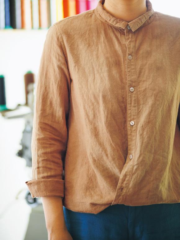 画像: 正面の前立て部分以外の左右にもボタンホールがあり、交差させるように留めると、裾がふんわりブラウジングされたように。「外出時に気分を変えたいときには、こんな着方も」