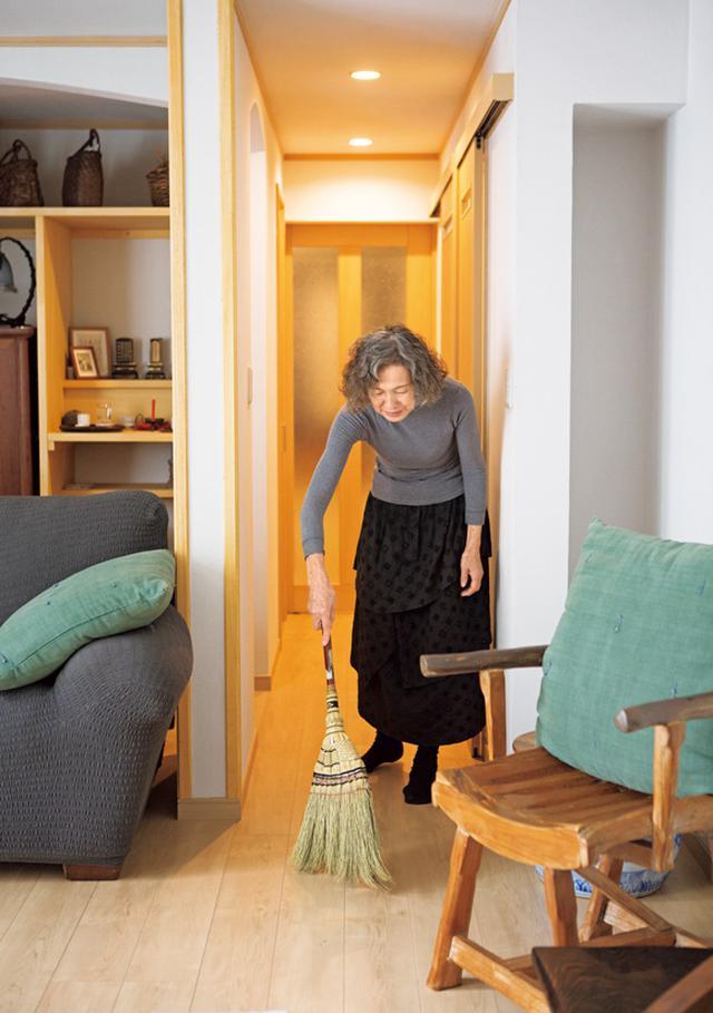 画像: 掃き掃除は部屋の奥から居間の掃き出し窓へ。ほうきは30年以上も使用
