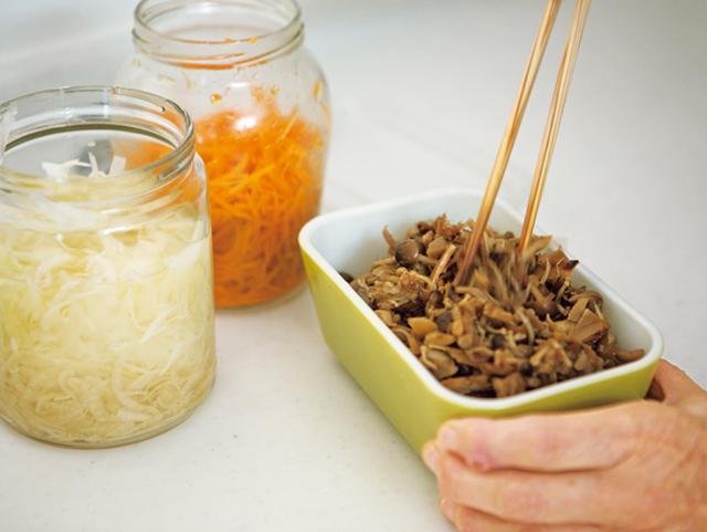 画像: にんじんはオリーブオイルに、玉ねぎは酢とはちみつに漬けておく。きのこのおかか煮は、しょうゆと酒のみの味つけ