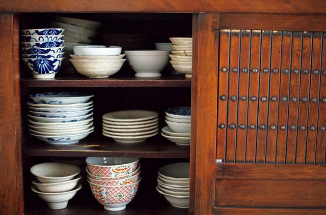 画像: 「料理はまず目で食べるもの」という坂井さん。少しずつ集めた和食器は、奥行きがあり収納力抜群の水屋簞笥に