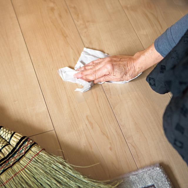画像: 掃き出しに出しきれなかったごみなどは、少し水で濡らしたティッシュで取る。ちりとりは使わない