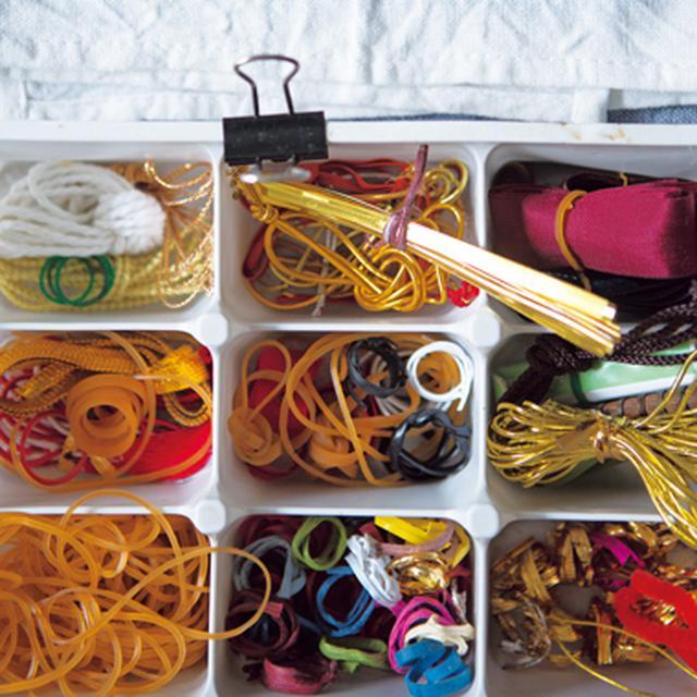 画像: 輪ゴムやパンやお菓子の袋に使われている針金は、お菓子の中箱に種類別に分類し、引き出しに