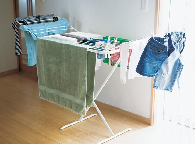 画像: 洗濯物を干すのは、「イケア」で買った室内用の物干し。タオルはここ、スカートはここ、と、干す場所もだいたい決まっている。朝までに乾ききらないときは、朝日に当てたり乾燥機にかけたりすることも