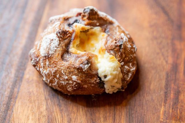 画像: バゲット生地でクリームチーズを包み込んだ「ブルーベリークリームチーズ」は、中にブルーベリー、クランベリー、クルミがたっぷりと。皮はカリッと香ばしく旨味たっぷり