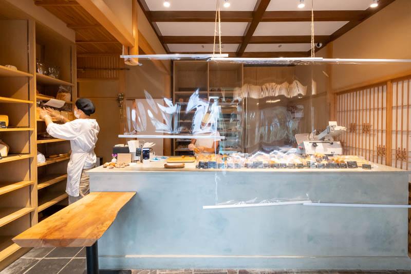 画像: ハード系から食パン、総菜パン、おやつパンまでバランスよく並ぶ。一日に出るパンは、40~50種類ほど