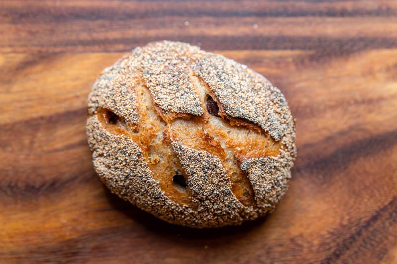 画像: 栗の渋皮煮と甘露煮がごろごろ入った「栗のライ麦パン」。ジンジャーシロップをつくるときに出た生姜を、再利用して生地に混ぜ込んであるそう。ジンジャーのさっぱり感が、栗の甘さを引き立てる