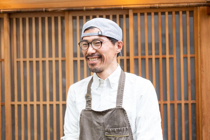 画像: オーナーシェフの野口将義さん。茶目っ気のある話しぶりながら、地元の人のことを想う気持ちが伝わってくる