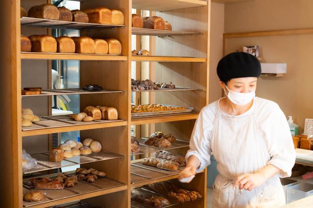 画像: パンが次々と焼きあがる。最も種類が多く揃うのは、平日では昼の1時頃。週末は焼いたそばから、どんどん売れていってしまうのだとか