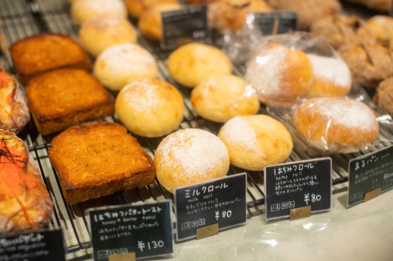 画像: 「はちみつバタートースト」が130円、「ミルクロール」「はちみつロール」が80円、日替わりの「はちみつレモンティーロール」が90円など、毎日手に取りやすいお値段
