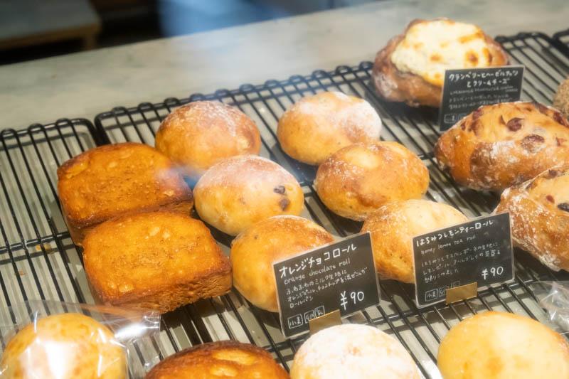 画像: ほかにも「オレンジチョコロール」「はちみつレモンティーロール」といった、心をくすぐる日替わりパンが