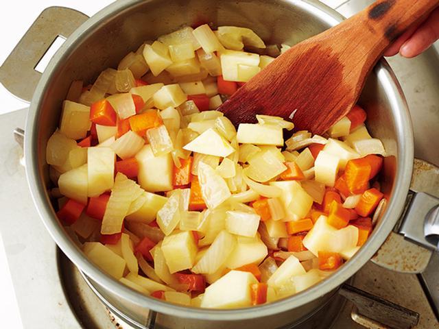 画像: くったりするまで炒める必要なし。玉ねぎが透き通ればOK
