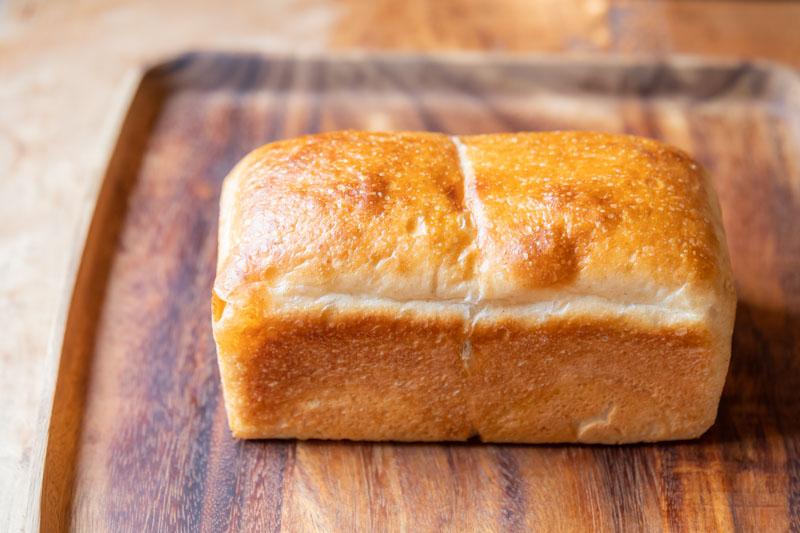 画像: 自家製レーズン種とポーリッシュ種で長時間発酵させた「パン・ド・ミ」は、全粒粉入りで小麦の風味が一層際立つ。買った当日はそのままで、翌日以降はトーストするのがおすすめだそう