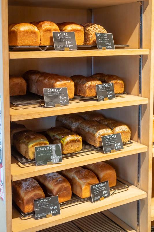 画像: 棚いっぱいに並ぶ「パン・ド・ミ」は、この日は「プレーン」のほかに、「ごま」「ごまとレーズン」「よもぎと大納言」「くるみ」「雑穀」が出されていました