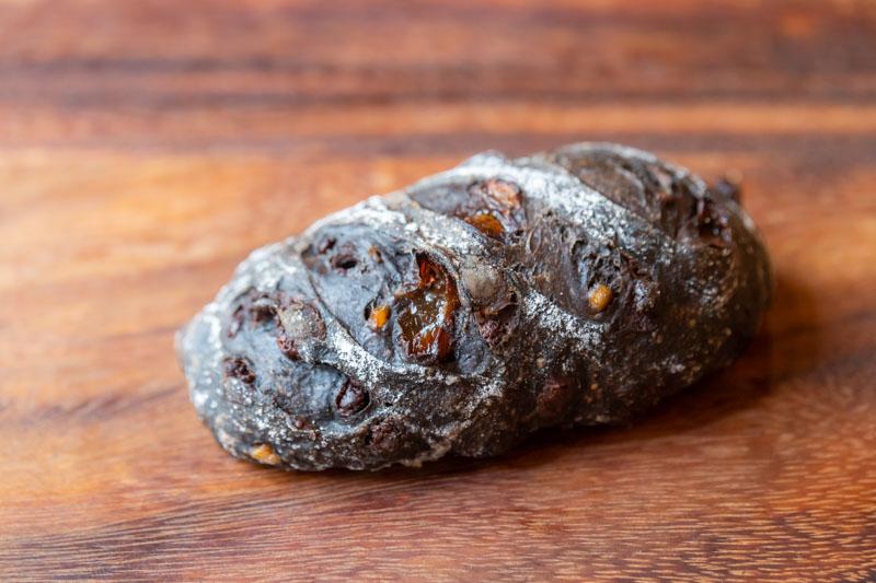 画像: 日替わりの「チョコバゲット」。バゲット生地にココアパウダーを練り込み、チョコチップ、レーズン、オレンジピールを加えた後、成形する際にさらにバトンショコラを追加。「わりとちゃんとチョコです」と野口さん