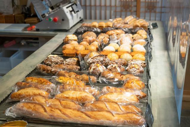 画像: 大きな平台にパンがずらり。どれも長時間発酵で粉の旨味が存分に引き出されている