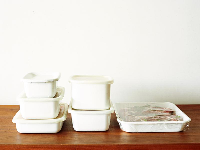画像: 平日5日分の下ごしらえ済みの食材、すべてまとめてもこんなにスマート。冷蔵庫の棚1段分を確保すれば、余裕で入るボリューム