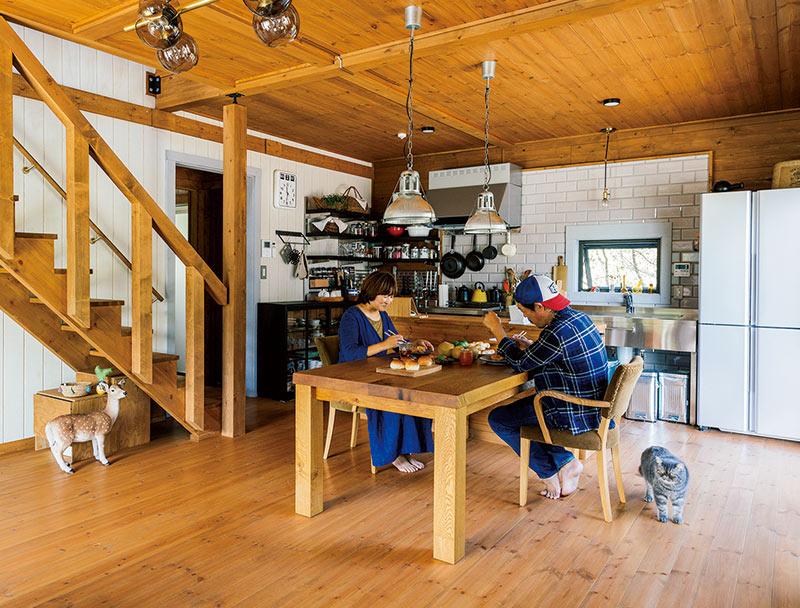 画像: のびやかで開放感のある1階のダイニングキッチン。すっきりとしたデザインと木の温かみが共存しています。お気に入りのテーブルと椅子は、「TRUCK」のもの。焼きたての丸パンに、近所のおばあちゃんが差し入れてくれた手づくりコロッケで、楽しいランチタイムの始まり