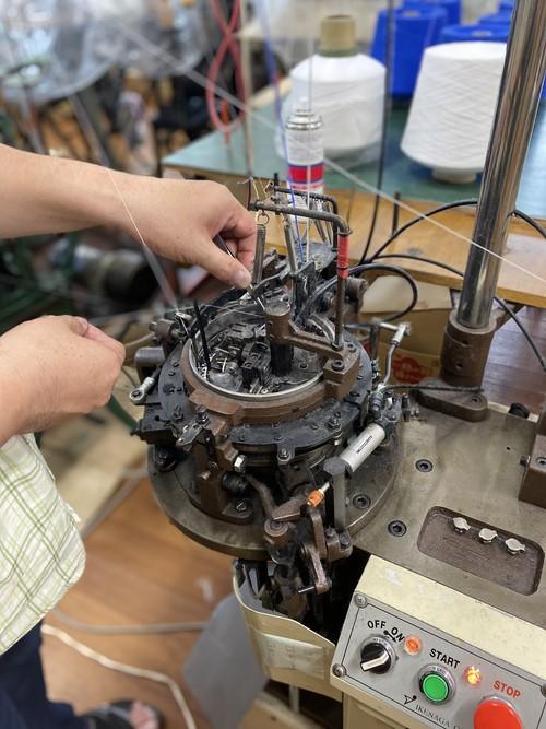 画像: 旧式の編立機はゆっくりと編み上げるため、糸自体が持つ膨らみを生かした、やわらかい風合いに仕上げることができる