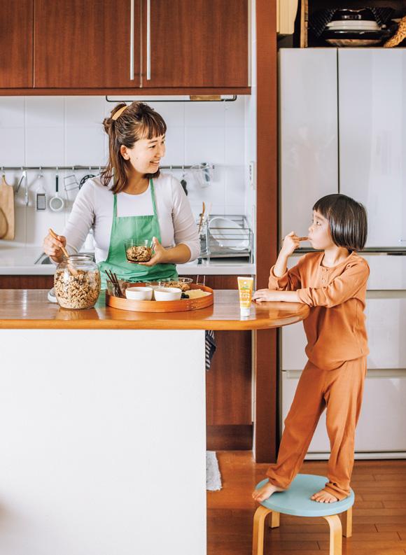 画像: あずみさんが朝ごはんの支度をしている間に、娘のつむぎさんは歯みがき。「味が気に入って、自分からみがいてくれるようになり、朝が楽になりました」