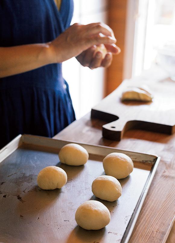 画像: 薪ストーブで焼く丸パンをつくる祐美さん