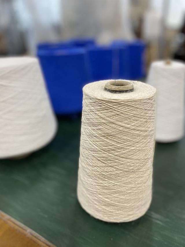 画像: ふたつの糸を組み合わせることで、重厚感のあるはき心地に