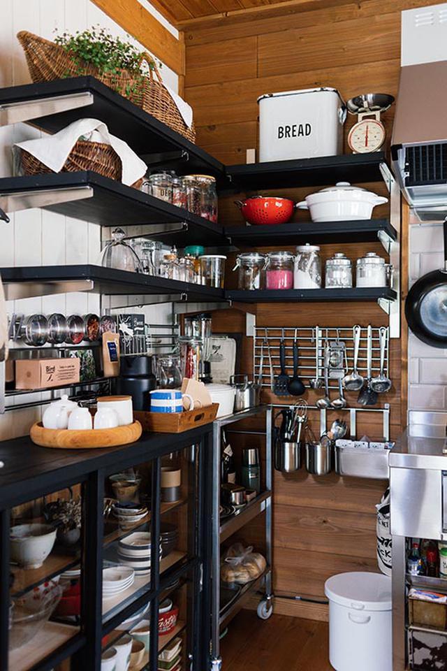 画像: キッチン横には、食器や調味料、キッチンツールが機能的に収納されています