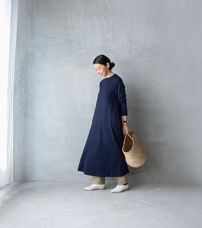 画像: 白の靴、かご 食材の買い出しなど、よく動く日にはパンツを合わせて。大きなかごと白い靴で軽快に。