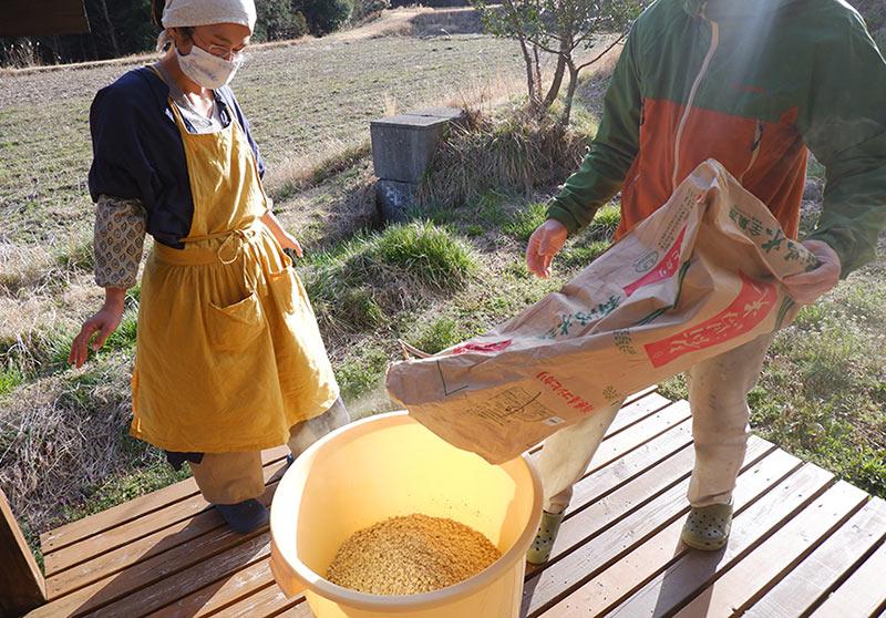 画像: 最初の作業はテラスで。頼りになる松井さんファミリーが、今年は私たちの樽を預かってくれています。