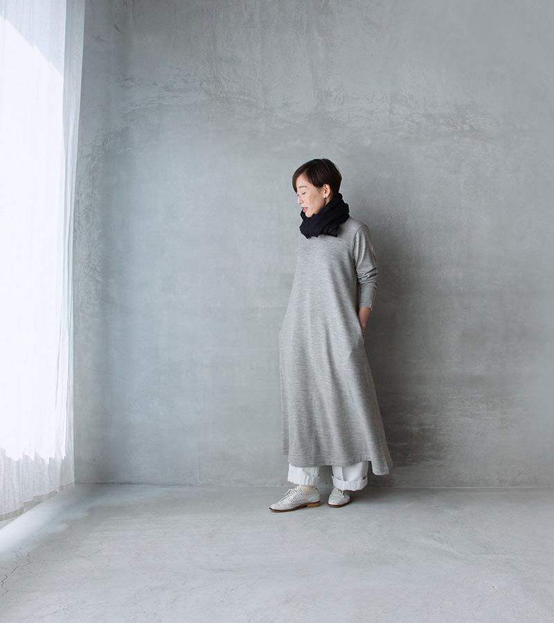 画像: 白パンツ、ストールあり ライトグレーのワンピースに白いパンツと靴を。バランスよく見える淡い色の重ね着は小柄な方にオススメのコーディネート。ネイビーのストールを小さく巻いてポイントに。