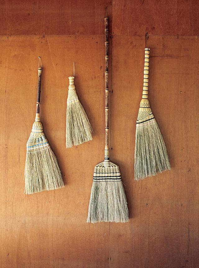 画像: 左から、手箒、荒神(こうじん)箒、長柄(ながえ)箒、トモエ箒。いい箒の条件は、まずは草のしなやかさ、そして編んだときの形の美しさ。長柄箒の柄には、高知産の虎斑竹という上質な竹を使用。 (問)まちづくり山上 TEL.046-286-7572