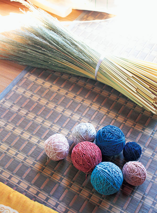 画像: 桜の枯れ葉や山ぶどうの枝の皮などを使って、自分たちで染めた糸
