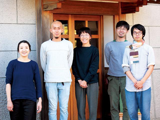 画像: 「まちづくり山上」の社員たちと、柳川直子さん(中央)。最近は、全国のクラフト市や、お店での展示・実演販売で大忙し