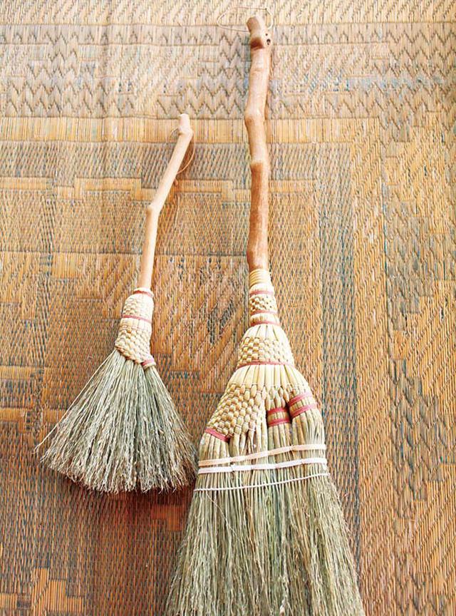 画像: 山ぶどうの枝を柄にした箒。美しさはもちろん、手にもよくなじむ
