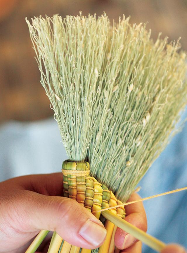 画像: 束を糸で編みながら束ねていく。穂先の広がりを決める重要な部分
