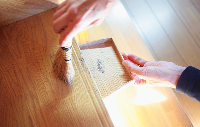 画像: 小さな箒は小まわりが利いて、気になるところをさっと掃くのに便利。「ちりとりに入ったほこりを見ると、『これだけ取れた!』という達成感があるんです」