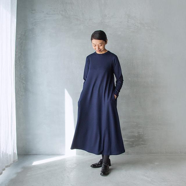 画像: 板倉直子さんがデザインする「HAND ROOM WOMEN'S」の ウォッシャブルウールのワンピース ネイビー・ライトグレー