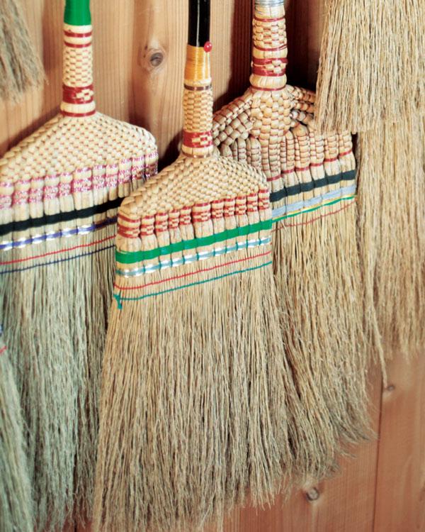 画像: 中央は、暖簾分けした京都の箒職人・柳川芳弘さん作の箒。美しく、細やかな仕事が見事。この箒が、中津箒復活の道を開いた