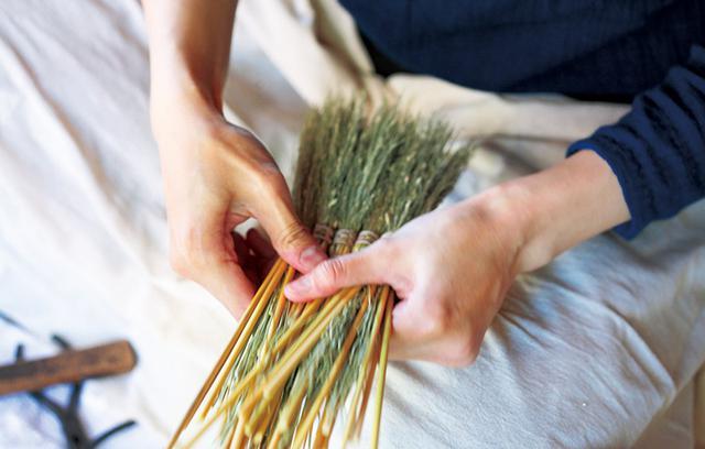 画像: 穂を太さや長さごとに選別し、束をつくる。この段階で長さをそろえるので、仕上げ時に穂先はほとんど切らない。しなやかな箒をつくるための大切な工程