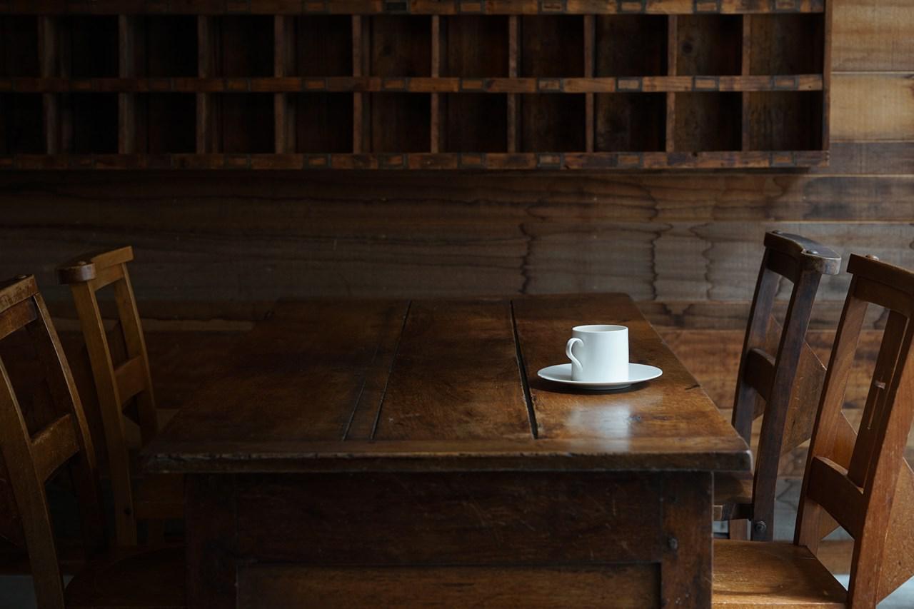画像: カフェでは、安藤雅信(あんどうまさのぶ)さん、岡田直人(おかだなおと)さん、大谷哲也(おおたにてつや)さんほか多数の人気作家さんの器を使用。使ってみたい器があれば、リクエストに応えてくれる