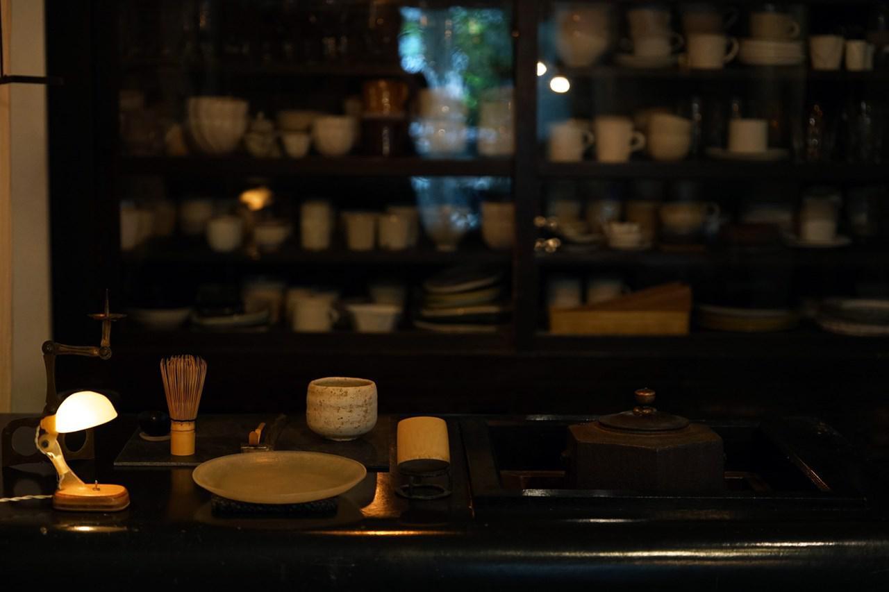 画像: カフェには茶釜があり、その湯でコーヒーやお茶を淹れている。漆喰造りのカウンターは内田鋼一さんが手がけたもの