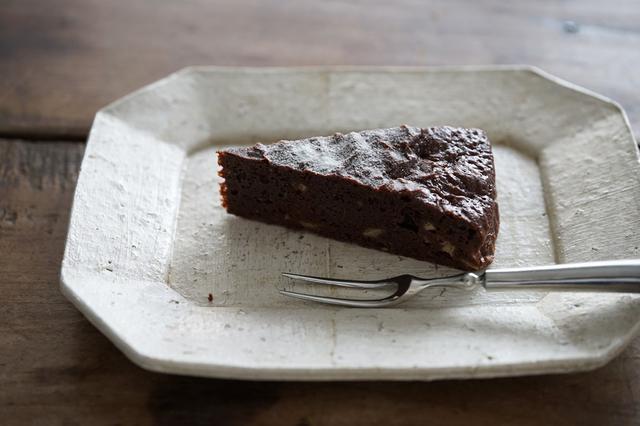 画像: カフェで使われている内田鋼一さんの「加彩八角皿」。フォークは、金工家の長谷川まみ(はせがわまみ)さんのもの